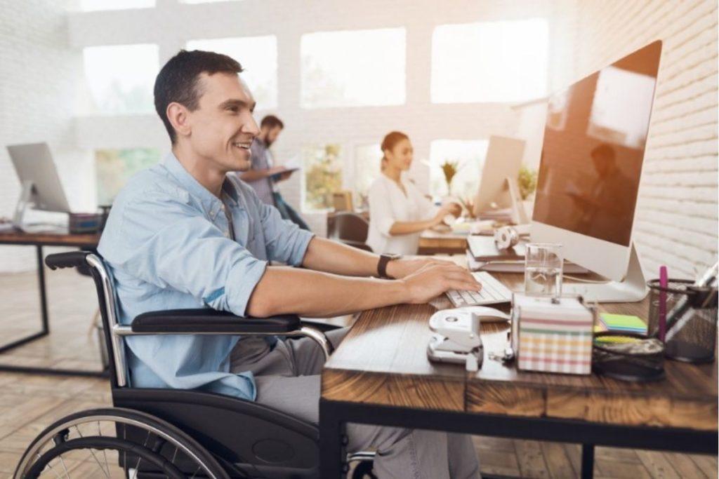 Homme avec handicap travaillant en fauteuil roulant