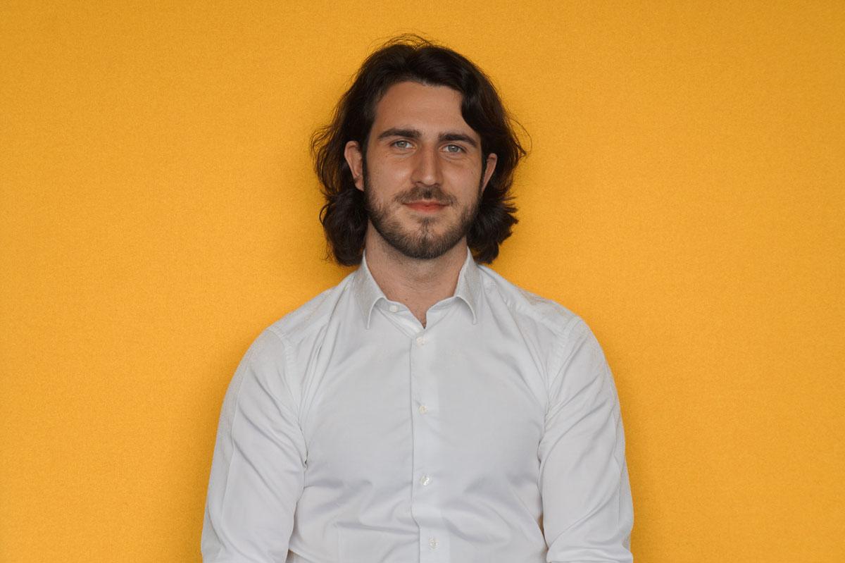 Une photo normale de Paul Guerrier sur un fond jaune
