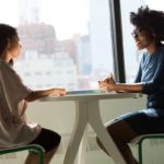 une recruteuse et une candidate dans le cadre d'un entretien d'embauche
