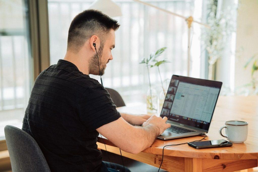 homme sur son ordinateur en télétravail