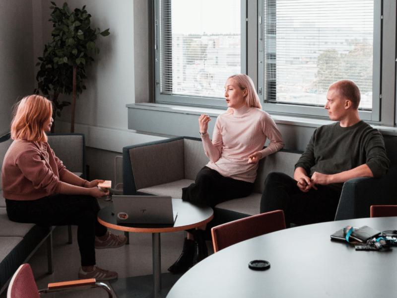 trois femmes discutent
